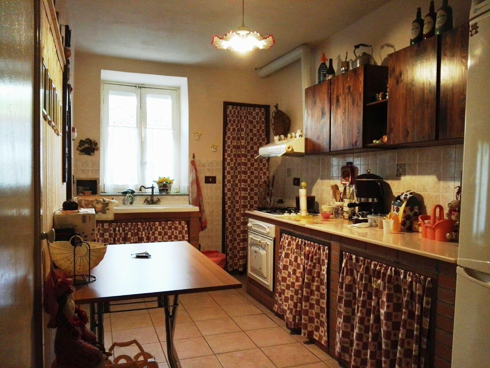 Villetta con Caseggiati Rurali e Terreno