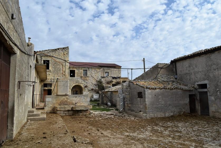 Ragusa – Tipici Caseggiati Rurali con Orti, Stalle e Terreno