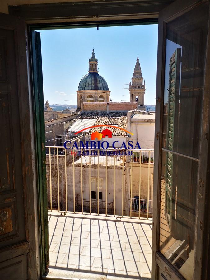 Ragusa – Zona Cattedrale – Palazzetto storico con Garage e vista panoramica