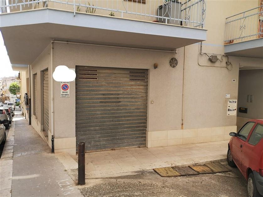 Ragusa – zona Via Archimede – Appartamento mq. 110 e garage di mq. 50 con ampie vetrine